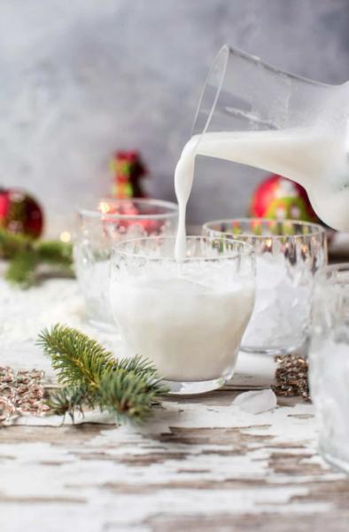 white christmas mojito pouring
